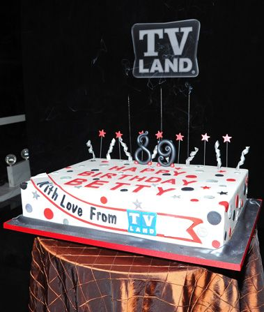 That's a cake to remember - Hot in Cleveland Picture