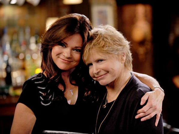 Bonnie Franklin's right plays a - Hot in Cleveland Picture