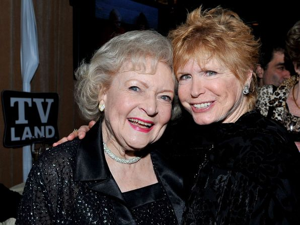 Betty White catches up with - Hot in Cleveland Picture
